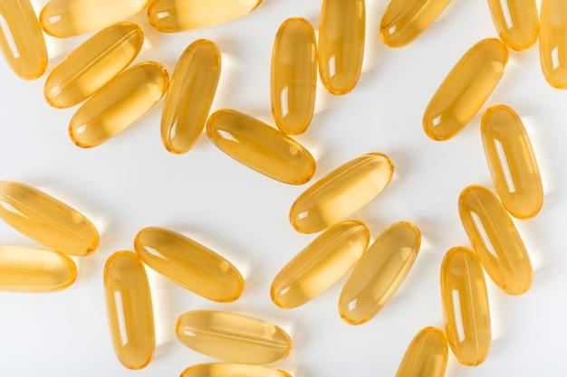 Kabeljauw lever olie omega 3 gel capsules geïsoleerd op een witte achtergrond. voedingssupplementen voor sport.