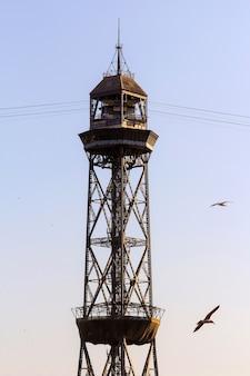 Kabelspoorweg toren met de lijnen geïsoleerd in blauwe lucht met avondzon