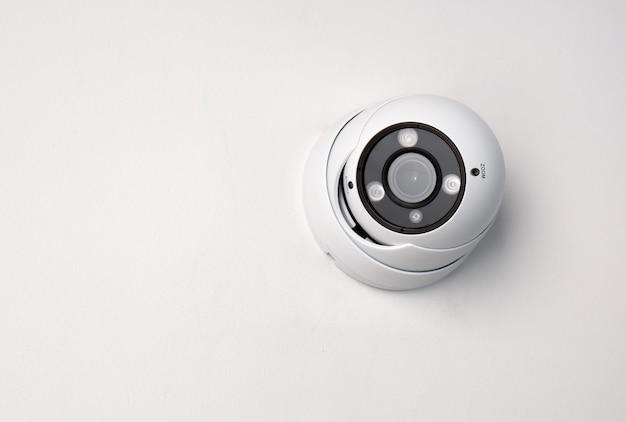 Kabeltelevisie-camera videobeveiliging op witte achtergrond.