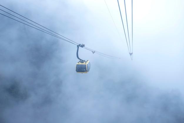 Kabelwagenmening over berglandschap bij fansipan-berg in sapa, vietnam