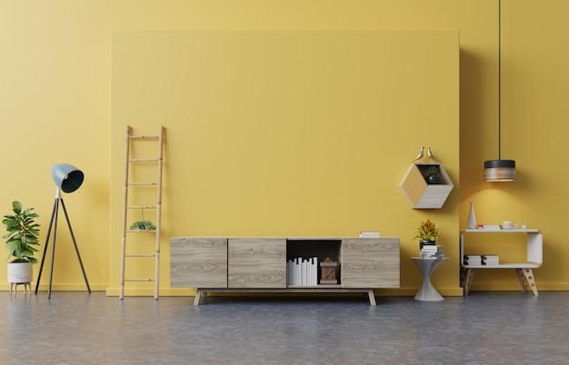 Kabinet tv in moderne woonkamer met lamp, tafel, bloem en plant op gele muur.