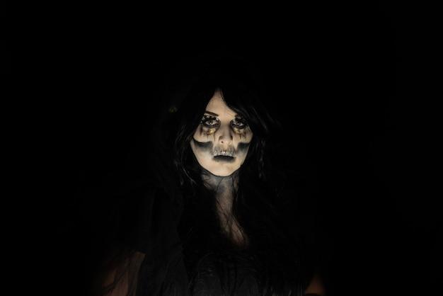 Kadaverbruid, portret van een bovennatuurlijke entiteit kadaverbruid, artistieke make-up, zwarte achtergrond, low key portret, selectieve aandacht.