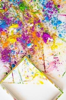 Kader dichtbij onduidelijke beelden en stapels van verschillende heldere droge kleuren