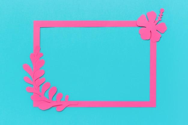 Kader en trendy roze tropische bladeren, bloem van document op blauwe achtergrond