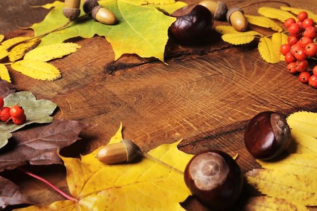 Kader van de bladeren van de de herfstesdoorn op oud hout met exemplaarruimte. mockup voor seizoensaanbiedingen en ansichtkaart,