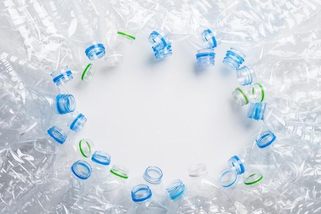 Kader van gebruikte plastic flessenachtergrond