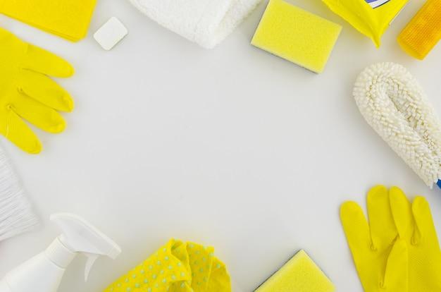 Kader van gele en witte schoonmakende hygiëneproducten plaatsen