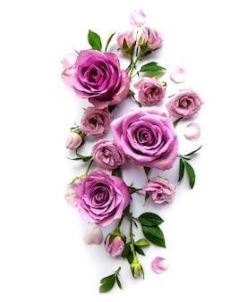 Kader van rozen op witte achtergrond. plat leggen.