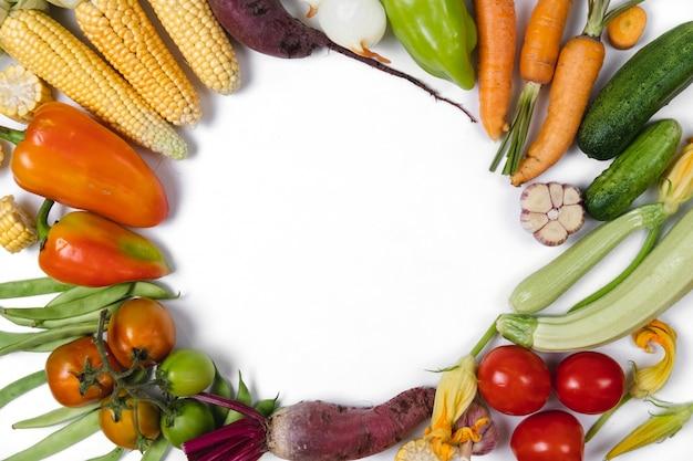 Kaderachtergrond van de herfstgroenten die wordt gemaakt. voedsel concept. plat lag, bovenaanzicht, kopie ruimte