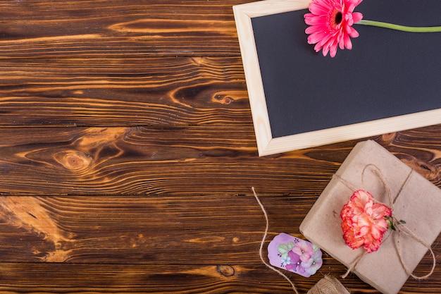 Kaderbord verfraaide bloemen en huidige doos