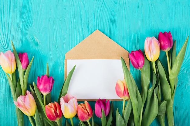 Kaderbrief onder tulpen
