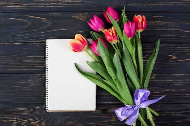 Kadernotitieboekje met boeket van bloemen