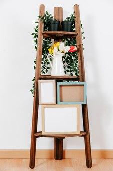 Kaders en bloemen op plank