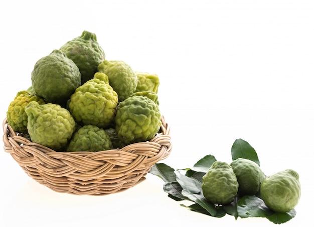 Kaffir limoen, bergomot in bamboe dienblad geïsoleerd op wit, hair spa behandeling en voedselingrediënt