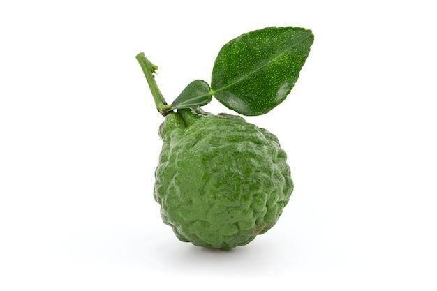 Kaffir limoen of leech limoen fruit geïsoleerd op een witte achtergrond met uitknippad.