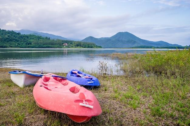 Kajak dichtbij het meer met berg