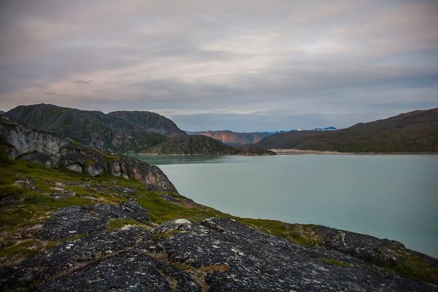 Kajak expeditie tussen ijsbergen in narsaq fjord, zuidwest groenland, denemarken