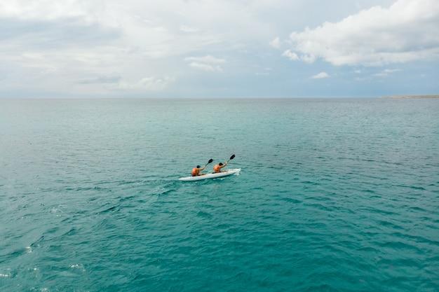 Kajak in zee vanuit het achteraanzicht