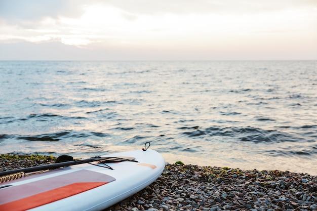 Kajak op het strand in de buurt van zeewater