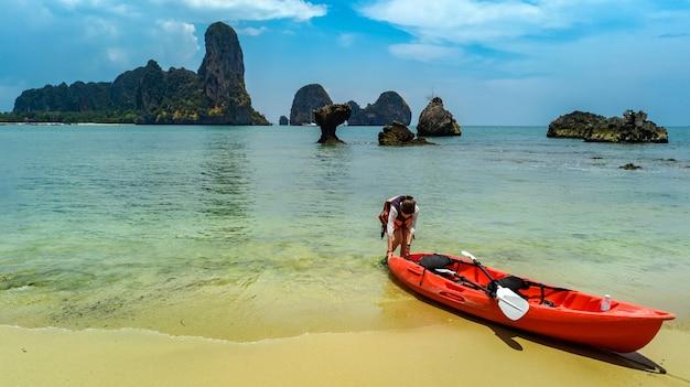 Kajak op tropische kanotocht op zee in de buurt van eilanden, leuke, actieve vakantie met kinderen in thailand, krabi