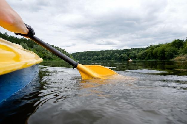 Kajak over de rivier, peddel dicht omhoog