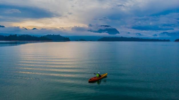 Kajakken op een meer, luchtfoto
