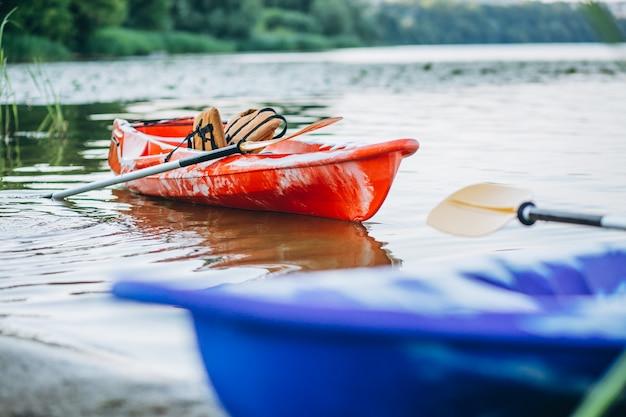 Kajakken op het meer, boot alleen