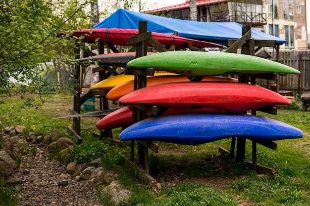 Kajaks en paddleboards bij een houten gebouw raftingboards