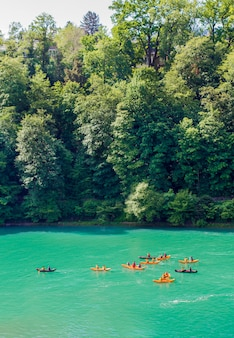 Kajaks op de rivier de aare. raften op de rivier de aare. zwemmers in bern