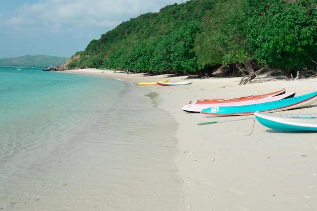 Kajaks op het strand. de strandnaam koh kham bij sattahip-stad in thailand.