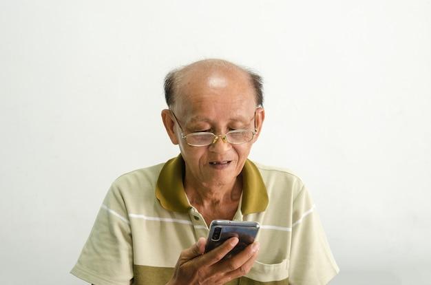 Kale aziatische man met bril gebruikt een telefoon