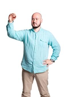 Kale brutale man met een baard is serieus, geïsoleerd