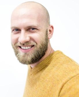 Kale jonge knappe man met blonde baard glimlachen