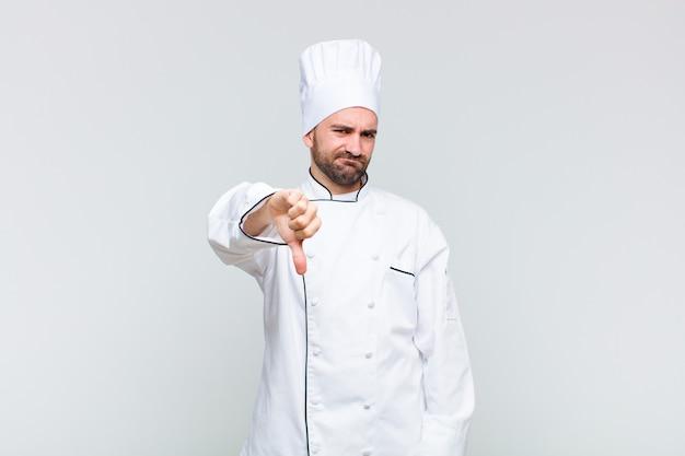 Kale man die boos, boos, geïrriteerd, teleurgesteld of ontevreden is, duimen naar beneden laat zien met een serieuze blik