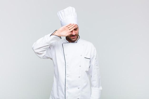 Kale man die er gestrest, moe en gefrustreerd uitziet, het zweet van het voorhoofd droogt, zich hopeloos en uitgeput voelt