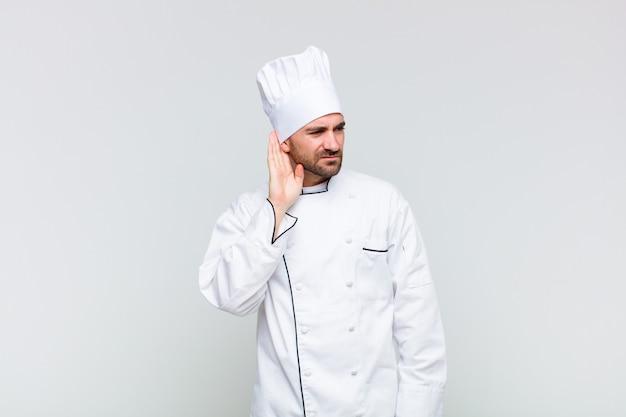 Kale man die serieus en nieuwsgierig kijkt, luistert, probeert een geheim gesprek of roddel te horen, afluistert