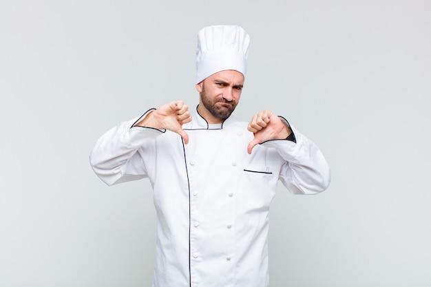 Kale man die verdrietig, teleurgesteld of boos kijkt, duimen naar beneden laat zien bij onenigheid, zich gefrustreerd voelt