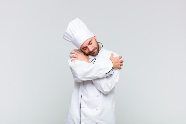 Kale man die verliefd is, lacht, zichzelf knuffelt en knuffelt, vrijgezel blijft, egoïstisch en egocentrisch is