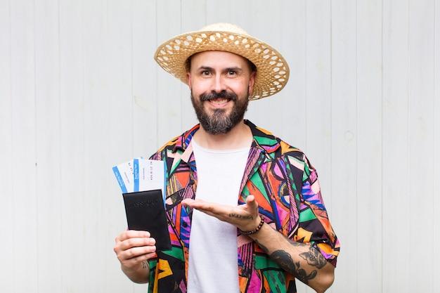 Kale man die vrolijk glimlacht, zich gelukkig voelt en een concept in exemplaarruimte met handpalm toont