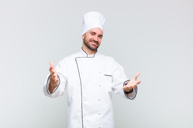 Kale man die vrolijk lacht en een warme, vriendelijke, liefdevolle welkomstknuffel geeft, zich gelukkig en schattig voelt