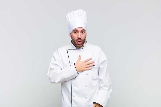 Kale man die zich geschokt en verrast voelt, lacht, hand ter harte neemt, blij is degene te zijn of dankbaarheid toont