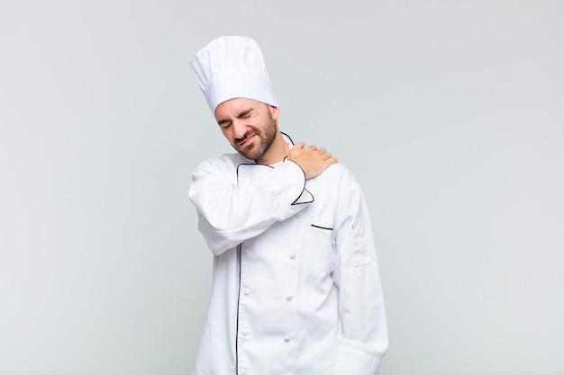 Kale man die zich moe, gestrest, angstig, gefrustreerd en depressief voelt, rug- of nekpijn heeft