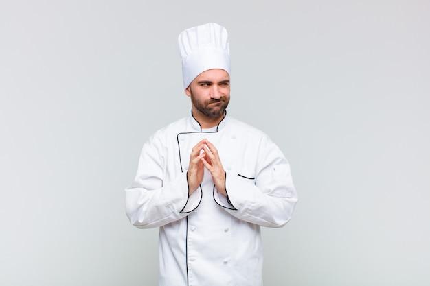 Kale man die zich trots, ondeugend en arrogant voelt terwijl hij een slecht plan bedenkt of een truc bedenkt