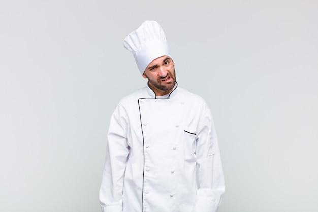 Kale man die zich verbaasd en verward voelde, met een domme, verbijsterde uitdrukking op zoek naar iets onverwachts