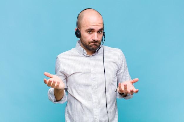 Kale man die zich verbaasd en verward voelt, onzeker is over het juiste antwoord of de juiste beslissing, probeert een keuze te maken