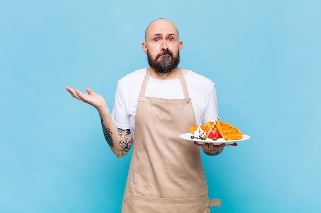Kale man die zich verbaasd en verward voelt, twijfelt, weegt of verschillende opties kiest met grappige uitdrukking