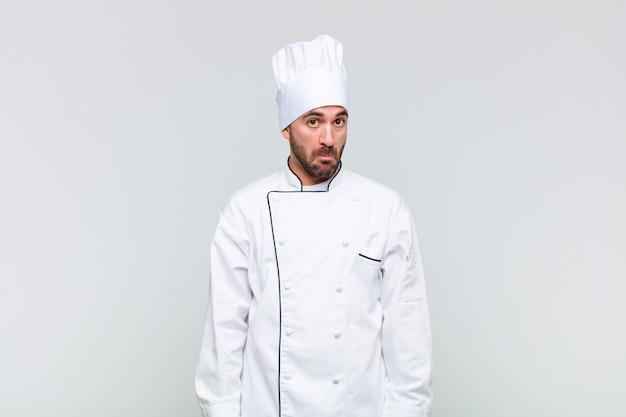 Kale man die zich verdrietig en gestrest voelt, van streek is door een onaangename verrassing, met een negatieve, angstige blik