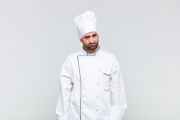 Kale man die zich verward en twijfelachtig voelt, zich afvraagt of probeert te kiezen of een beslissing te nemen