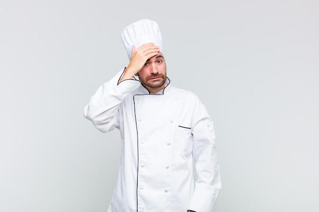 Kale man raakt in paniek over een vergeten deadline, voelt zich gestrest, moet een puinhoop of een fout verbergen