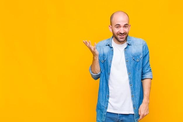 Kale man voelt zich blij, verrast en opgewekt, lacht met een positieve houding, realiseert zich een oplossing of idee